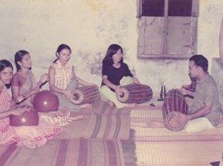 Mridangam lesson from Vinayakaram1975s.jpg